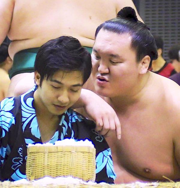 hakuho-flirting-with-yobidashi