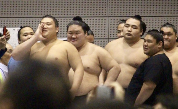 goeido-still-heckles-tamawashi