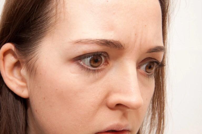 眉間のシワを取るマッサージや化粧品