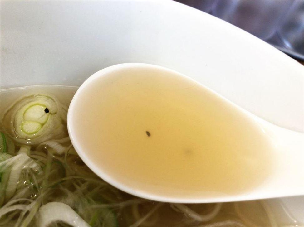 ラーメン食堂&ラーメンカフェ カドワラ「レモンねぎ塩ラーメン」のスープ