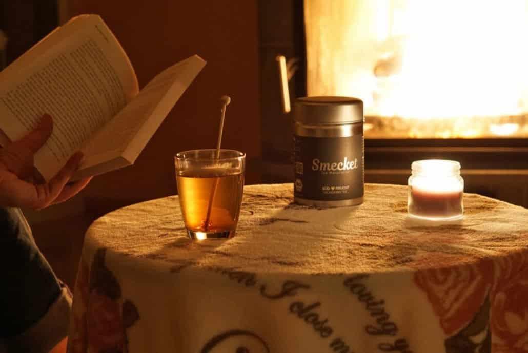 Lesen am Kaminfeuer mit einer guten Tasse Tee