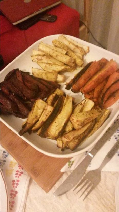 Păstârnac, morcovi, țelină și sfeclă roșie coapte cu ulei de măsline, turmeric și rozmarin.
