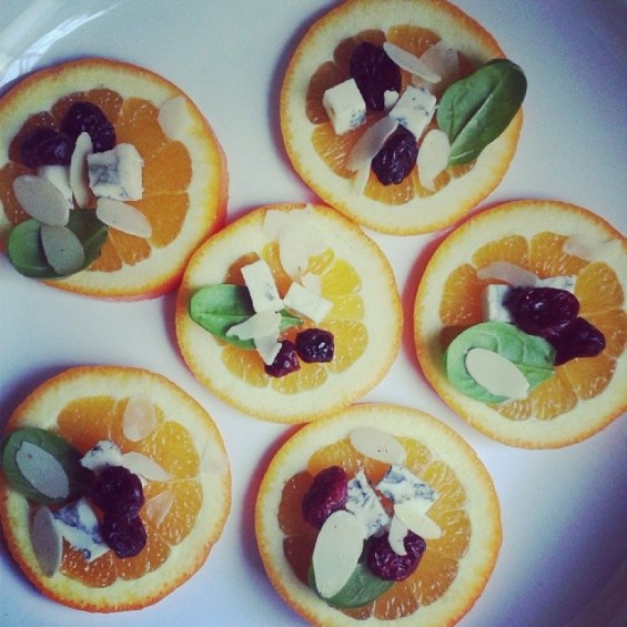 Portocale cu blue cheese, spanac, merișoare și migdale