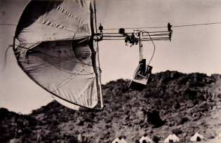 Henry_Wellcome's_photographic_automatic_kite_trolley_aerial_camera_deivce_used_at_Jebel_Moya,_Sudan,_1912-1913._Unknown_photographer._The_Wellcome_Collection,_London