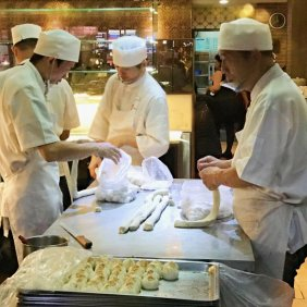 The masters are making xiaolongbao in the kitchen (image source: Taiwan Scene)
