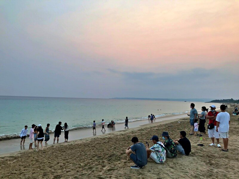 Escape to beach in Kenting to get away the smoggy days in the city.