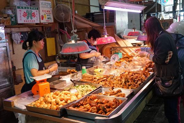 2018 10 19 205432 - 北辰市場小吃│沒有攤名的煙燻蛋,還有煙燻烤雞也好吃