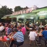 圓環人氣麵攤,光復新村市場牛肉麵在地人推薦乾麵配滷味,用餐時間廣場人潮滿滿!