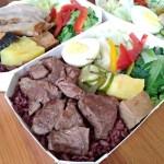 小島3.5度親子餐廳推出85元起健康便當,板腱牛、松阪豬、烤鮭魚等還有蔬食餐盒喔