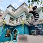湖水綠的獨棟洋房外觀外加旋轉梯設計超好拍!外觀走網美系的靜謐咖啡館~