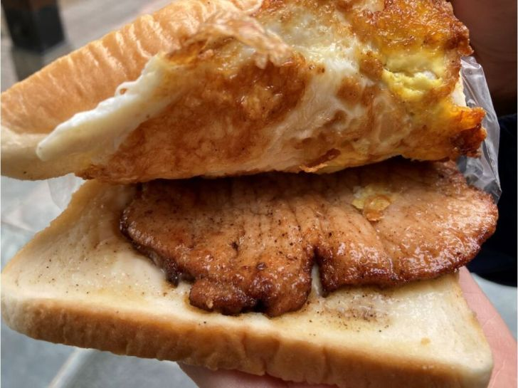 2020 11 15 213016 - 北區肉蛋吐司|食尚玩家十大美食英雄!健行路上早餐肉蛋吐司,飄香35年人氣不減,你吃過了嗎~