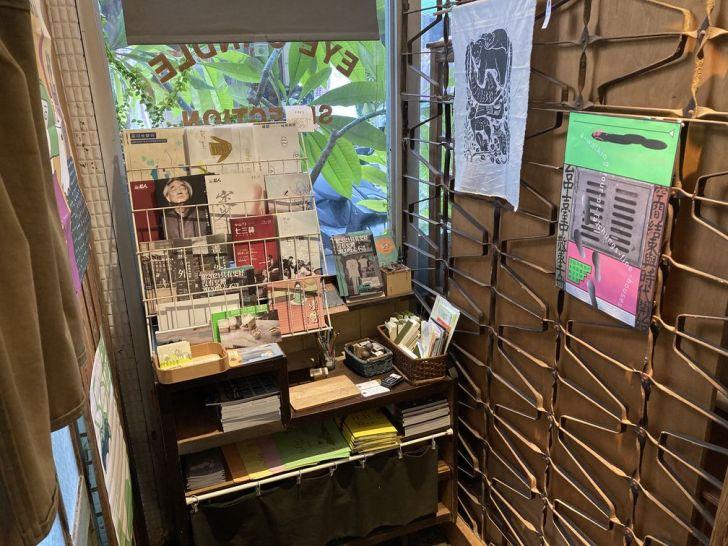 2021 01 24 183917 - 西區景點|中美街老宅改造空間,被叢林包圍的獨立書店本冊圖書館,不定期舉辦展覽~