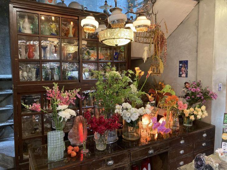 2021 01 31 133915 - 西區咖啡廳|在地人才知道的隱藏版甜點店,來花店買花、買礦石,還可以邊看漫畫邊吃下午茶!