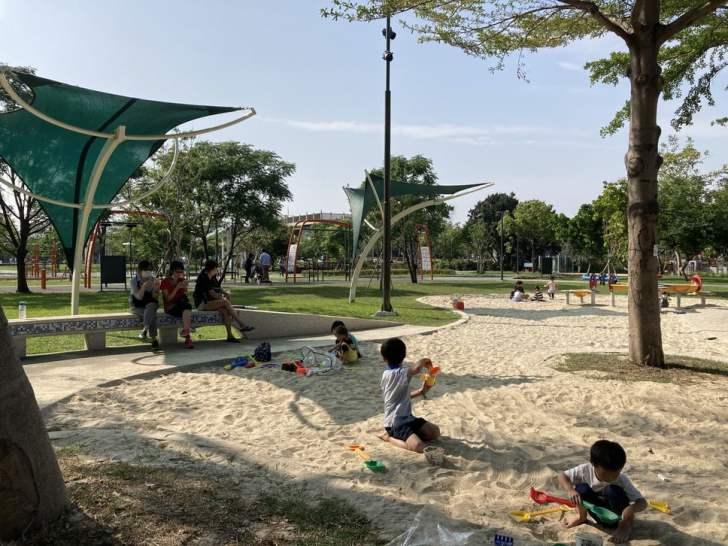 2021 04 17 155415 - 台中又有新公園啦!黎新公園超大圓形攀爬網,還有少見的無障礙盪鞦韆、戶外健身設施