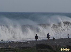 People stand in front of huge waves caused by Typhoon Soudelor in Taiwan August 7, 2015