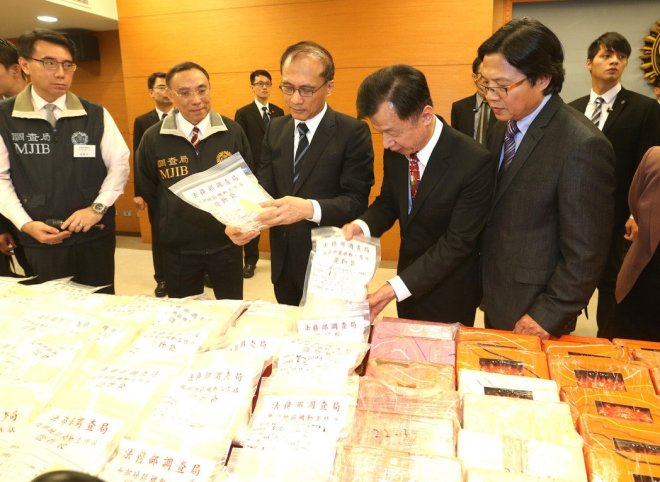 Premier Lin Chuan, examines drug haul