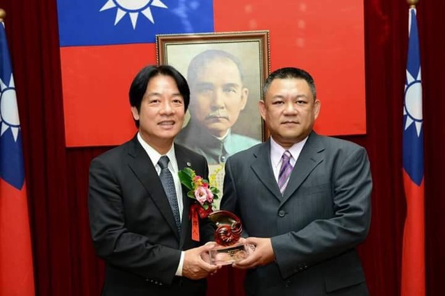 police officer receives award from Tainan Mayor William Lai
