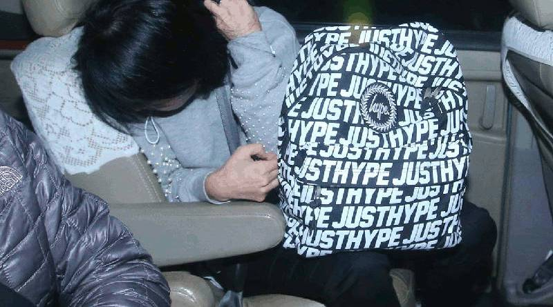 Gong Qing hides her face in Taipei City after being exit-restricted on suspicion of violating National Security law