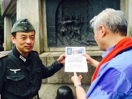 圖說: 這是身著仿德國納粹軍服的日本人。他呼籲德國總理前往德軍墓地參拜,說這一點德國要學學曾經的同盟國日本。