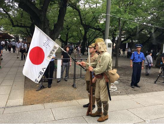 圖說: 部分日本民眾穿著舊式日本帝國軍軍服在靖國神社裡面遊蕩。