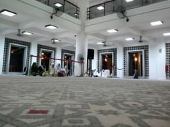 Ruang solat untuk jemaah wanita di bahagian bawah.