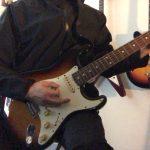 ギター初心者、スタンディングで弾く方法〜座った時のギターの位置を意識しよう!