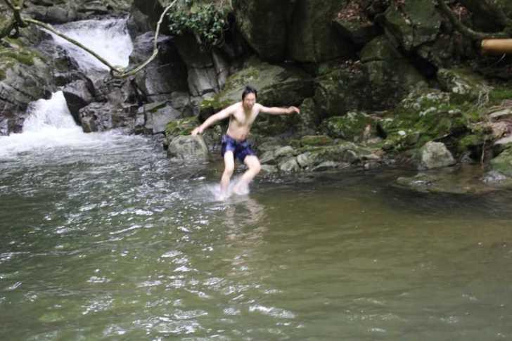 愛知県新城市作手の「保永の三滝」の滝つぼで泳いでみた![動画あり] (5)