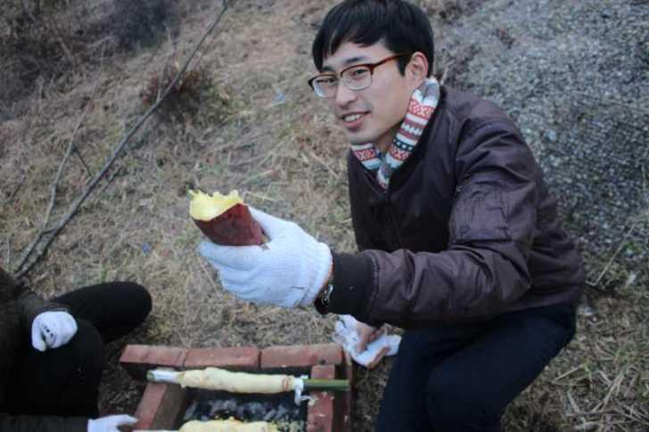 アウトドアでの手作りバームクーヘンの作り方!雪が降る中での炭火BBQ編 (6)