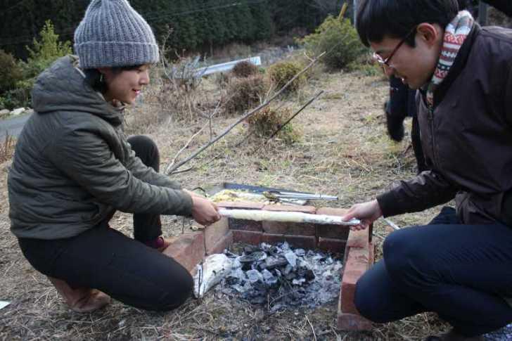 アウトドアでの手作りバームクーヘンの作り方!雪が降る中での炭火BBQ編 (1)