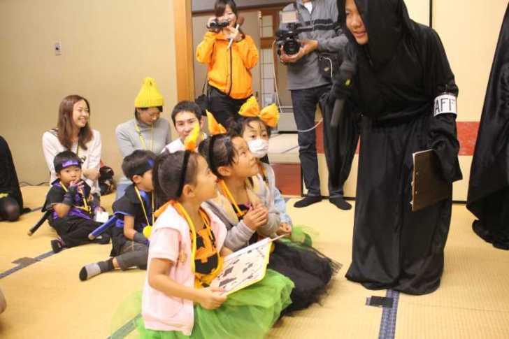 お寺でのハロウィンパーティー開催!仮装しての謎解きが色とりどりで楽しすぎる! (29)