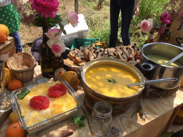 畑に素敵な空間を演出し、採れたて野菜の料理が並ぶファームキャンプパーティーが楽しすぎた! (1)