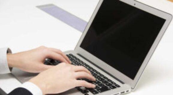 ノートパソコンを操作している