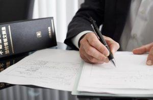 書類にサインする人