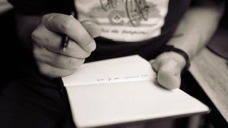 ノートにメモを取る人