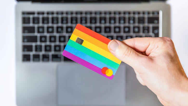 PCの上でクレジットカードを持つ右手
