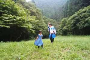 緑の野を歩く母娘