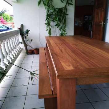 Table et bancs en Angélique - TAKARI DESIGN