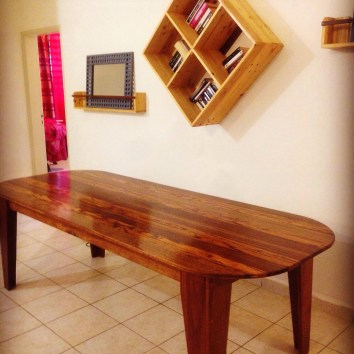 Table en Angélique et bois Serpent + étagères en palettes - TAKARI DESIGN