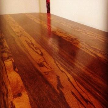Table en Angélique et bois Serpent - TAKARI DESIGN