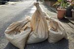 大雨や台風の浸水を防ぐ土嚢
