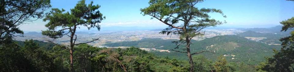 湖東平野、琵琶湖、そして、湖西の山々まで一望できます。