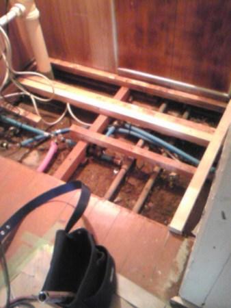 床下配管洗面と洗濯排水新設配管中