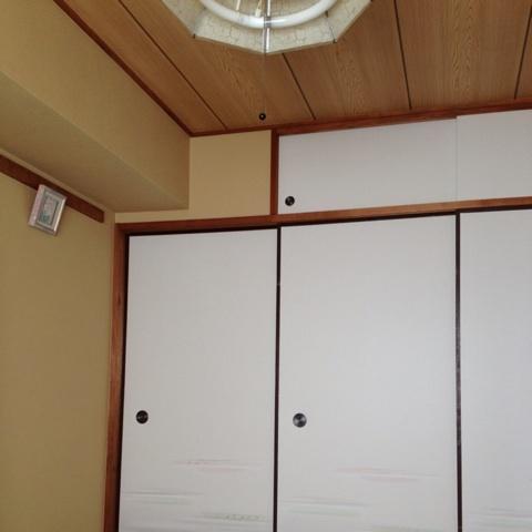 天井は昔ながらの目透かし天井ですが