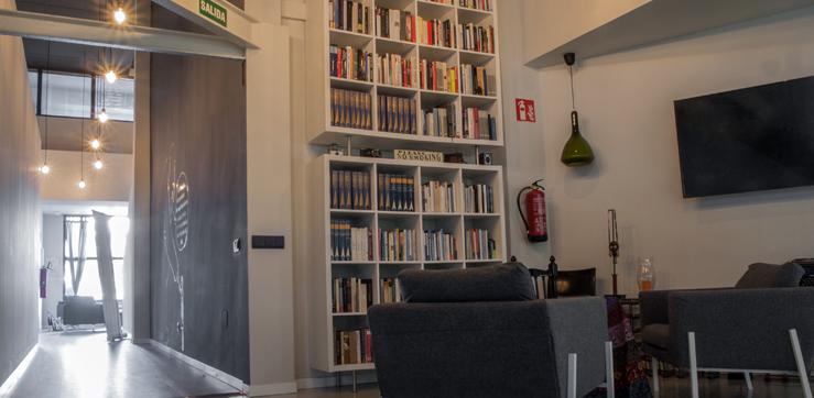 Biblioteca y relajación en el Espacio Takeabreath del centro de Madrid