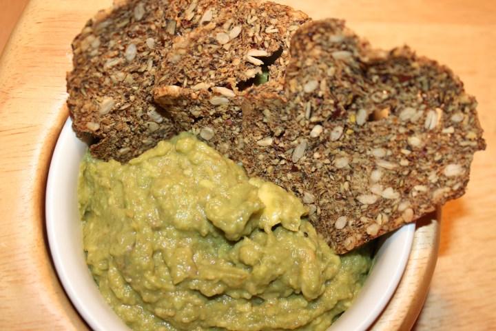 Gesunder Snack mit Avocado Dip und SMART BREAD Crunchy Slides