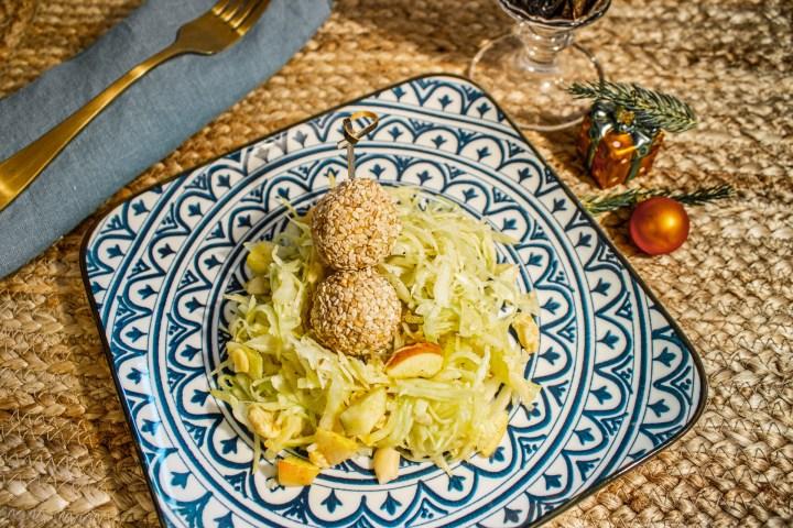 Curry-Krautsalat mit Nüssen und Äpfeln! Ein perfekter Starter für dein Weihnachstsmenü