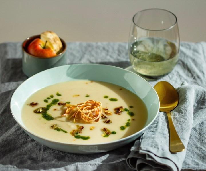 Apfel-Sellerie-Suppe mit Paleo-Bärlauch-Croutons
