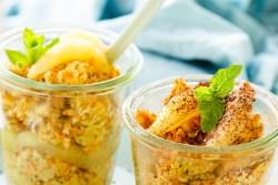 Hafer-Porridge mit saisonalem Gemüse und Obst und gesundem Zucker - Erythrit