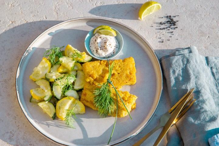 Vegane Polenta-Schnitten mit sommerlichem Zucchini-Gurkengemüse