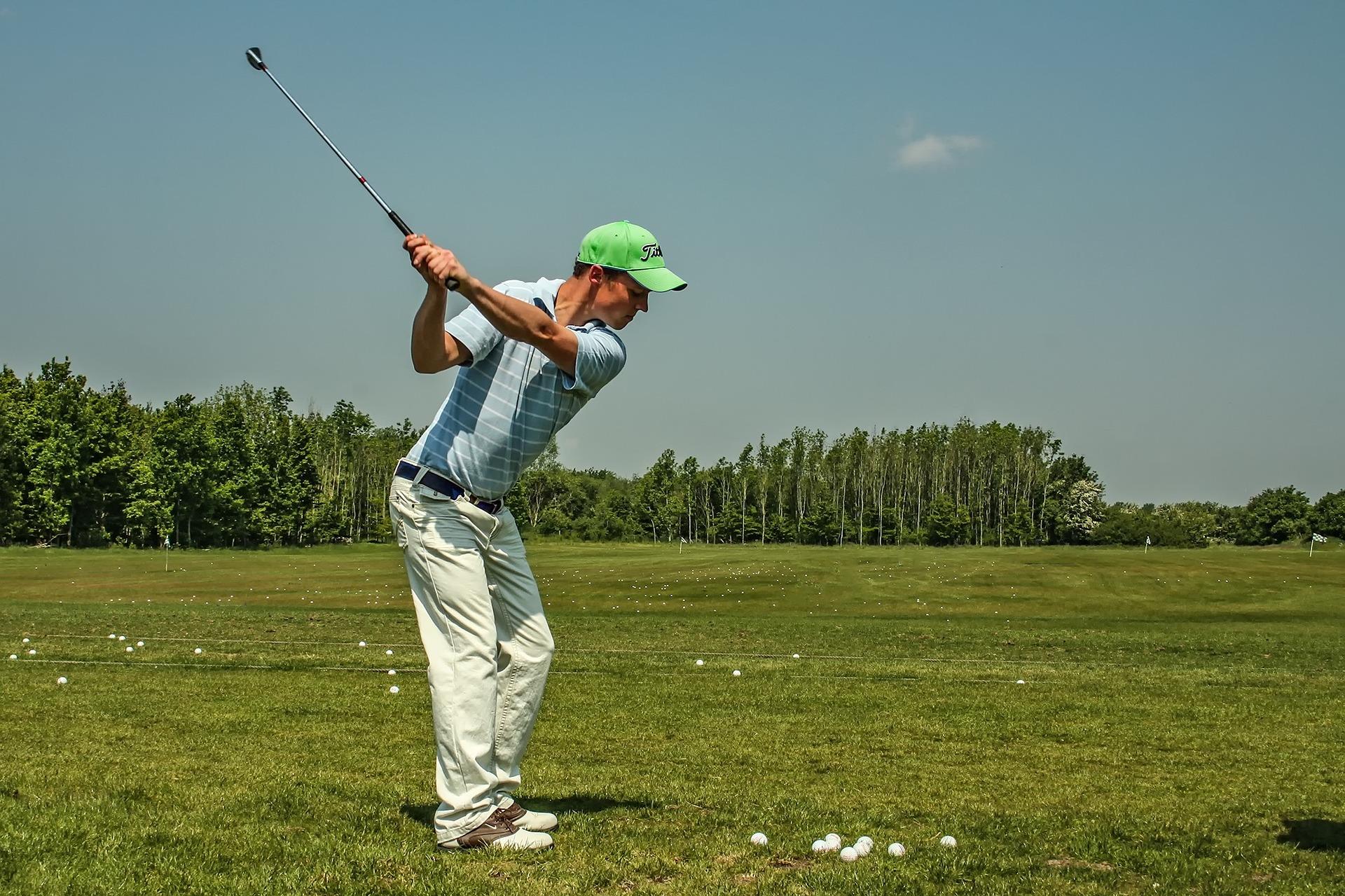 インターロッキンググリップで打つゴルファー